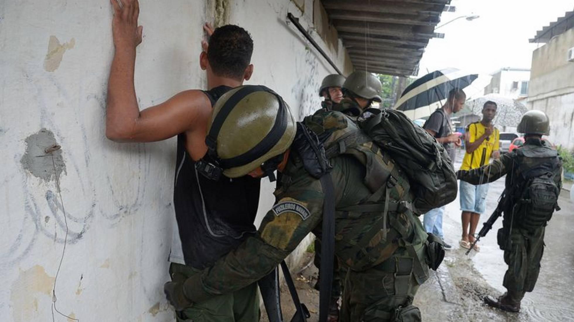 Militar revista morador de comunidade fluminense