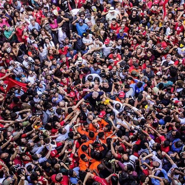 Folla difende Lula